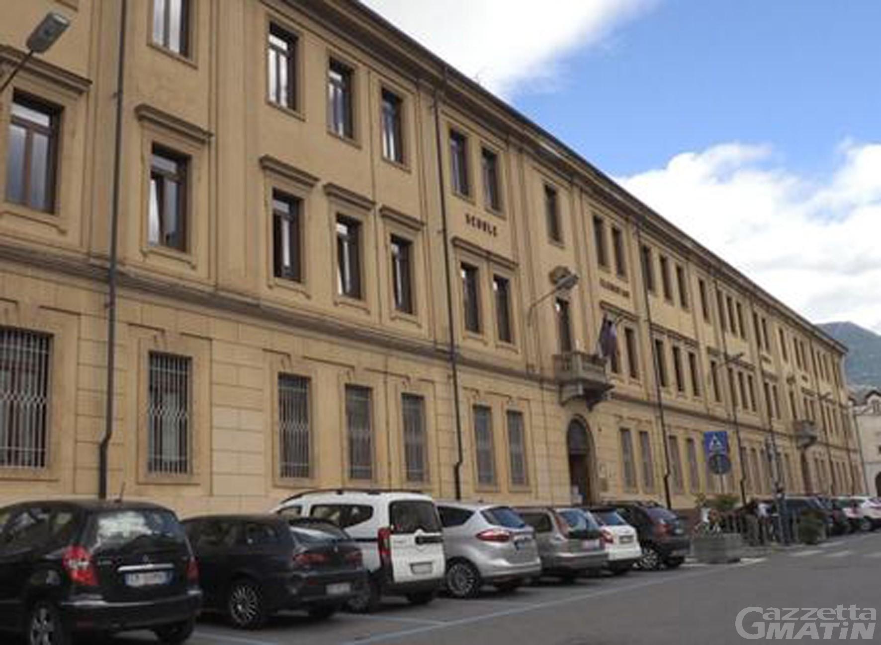 Aosta: 20 maestri rifiutano il tampone, studenti costretti tornare a casa. La Regione presenta esposto