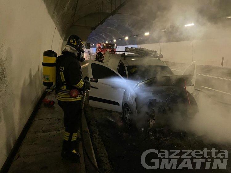 Saint-Christophe: auto in fiamme in galleria, incendio domato senza feriti