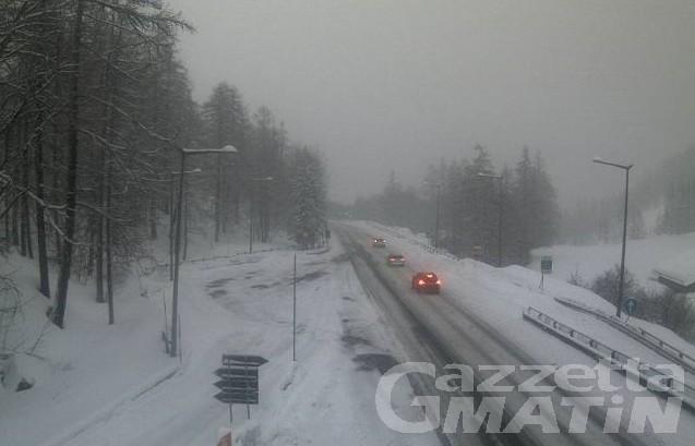 Neve: disagi sulla SS27, chiuso ai mezzi pesanti il Traforo del Gran San Bernardo