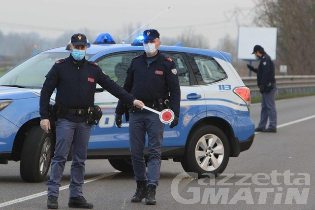 Evade dagli arresti domiciliari, fermato in auto a Pont-Saint-Martin: denunciato 23enne di Quart