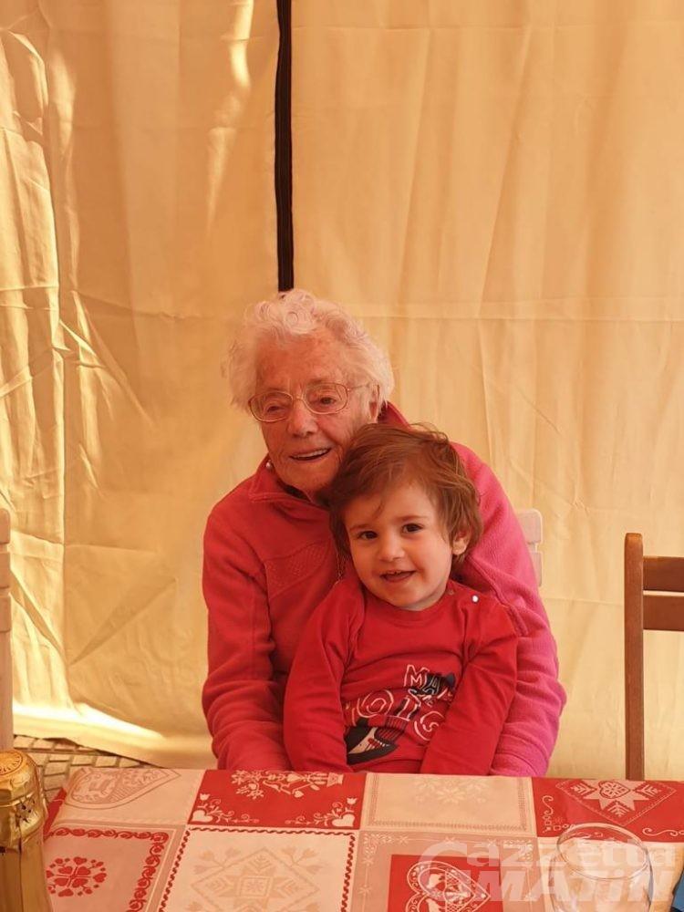 Coronavirus, a Saint-Christophe è festa grande: per nonna di 102 e nipote di 2 compleanno e guarigione in un colpo solo