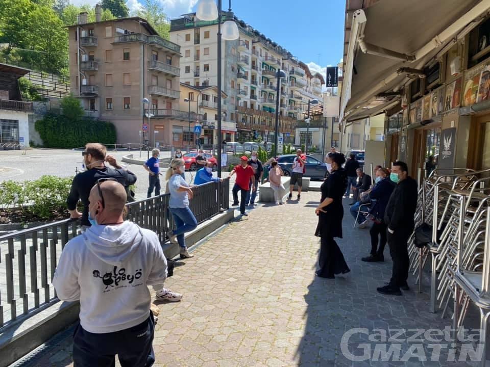 Luci accese e serrande alzate: la protesta arriva anche a Châtillon e Saint-Vincent