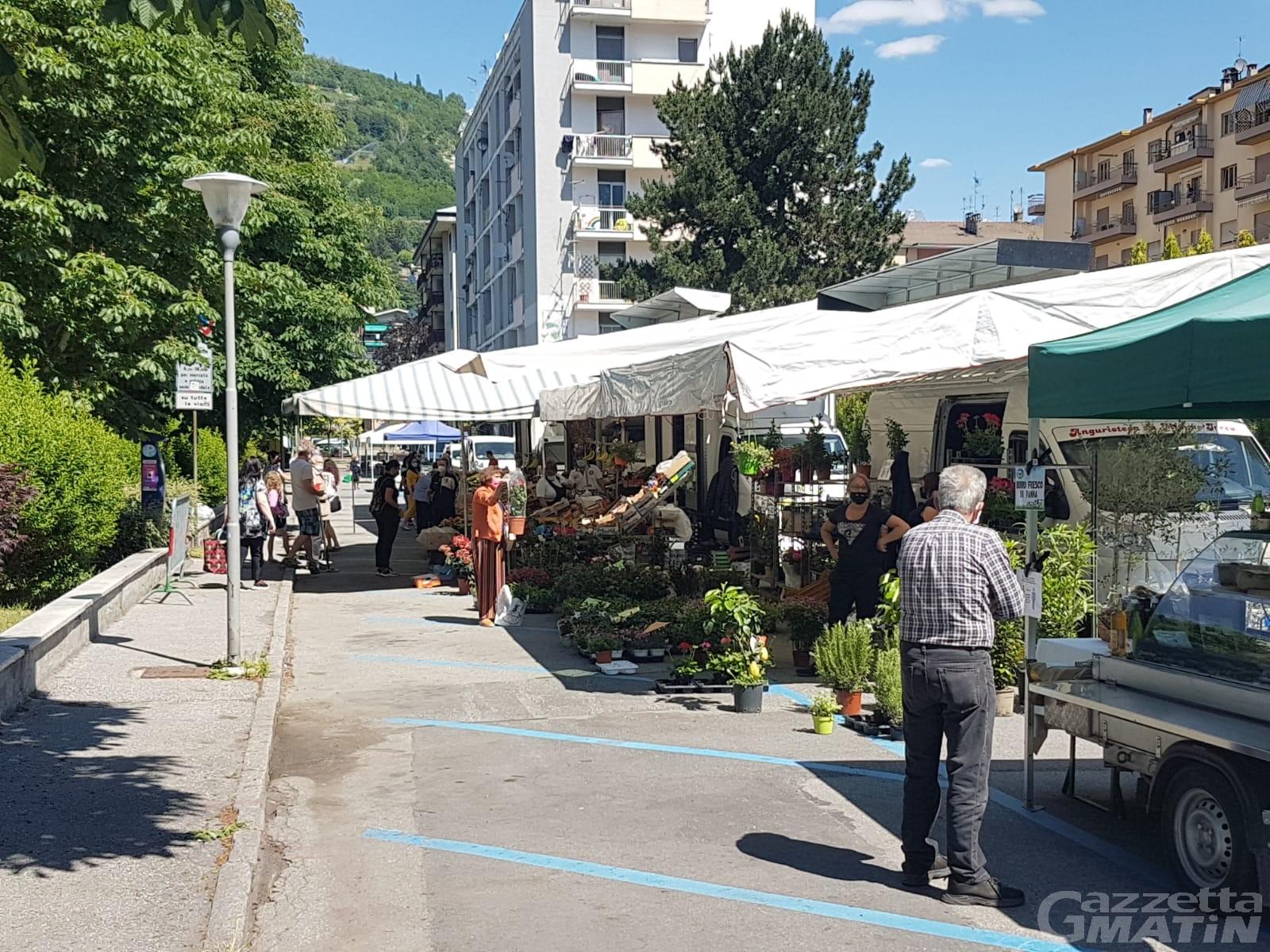 Aosta: banchi del mercato troppo vicini, «modalità sperimentale, ma i vigili controllano»