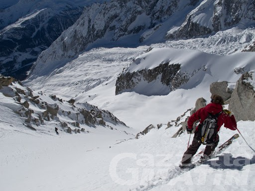 Monte Bianco, sciatori bloccati sul ghiaccio della Brenva: salvati dal Sav