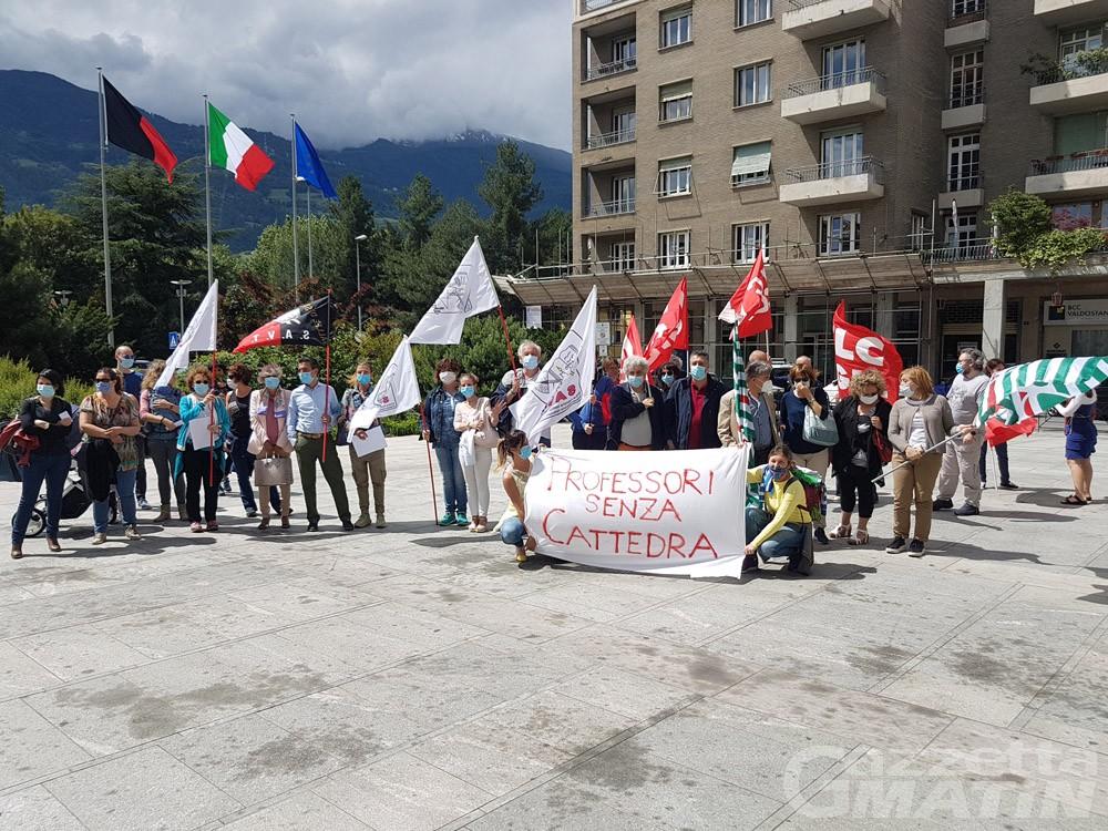 """Comitato """"Priorità alla scuola"""": insegnanti e studenti in piazza anche ad Aosta"""