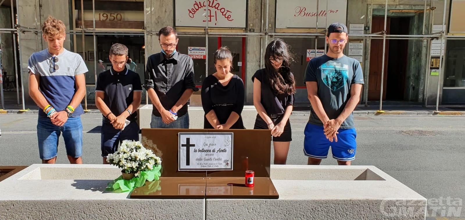 Aosta, la Lega Giovani contro le panchine di via Losanna, la replica di Centoz: «Un flash mob in questo momento è ridicolo»