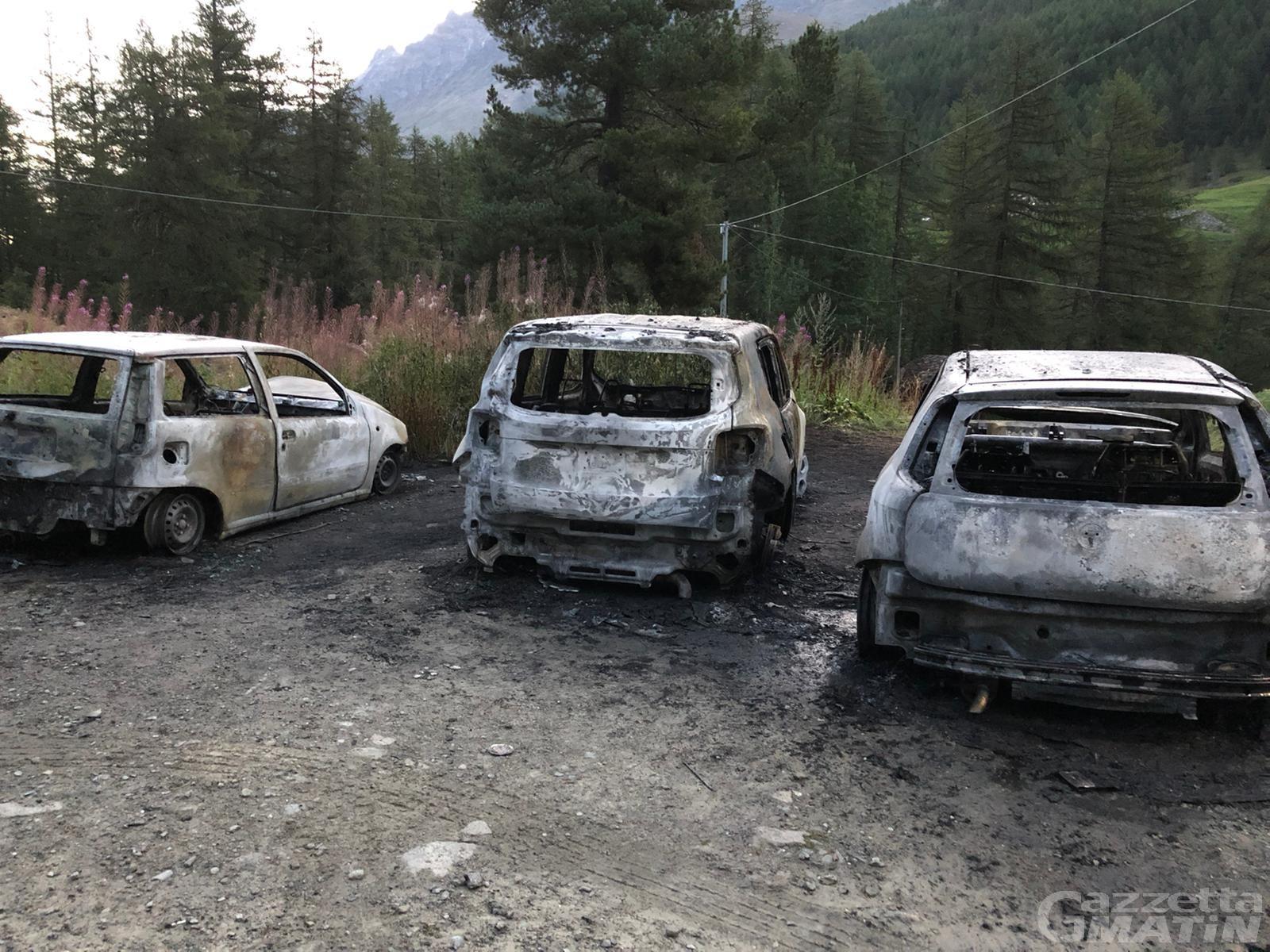 Rhemes-Notre-Dame: rogo nella notte, 3 auto distrutte dalle fiamme