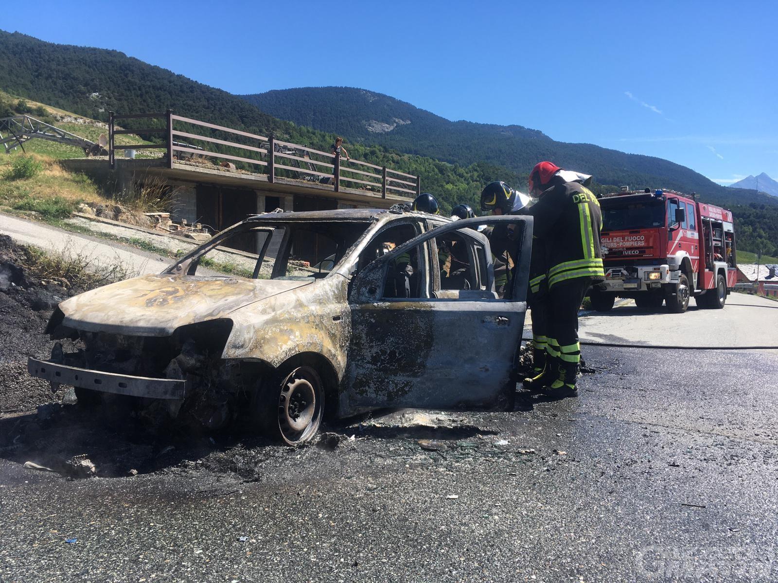 Auto a GPL in fiamme a Verrayes: illesi conducente e passeggero