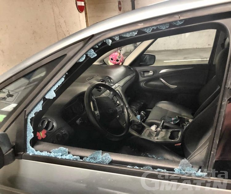 Donnas, vandali in azione: danneggiate diciotto auto nel parcheggio coperto