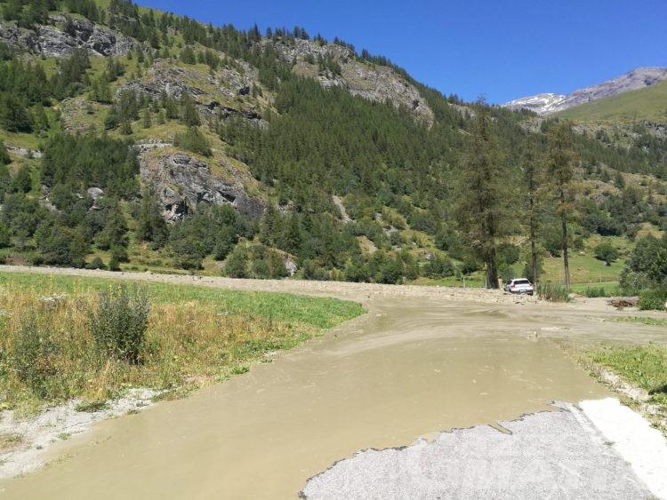 Frana sul Mont Velan: acqua e detriti invadono la strada comunale di frazione Barliard a Ollomont