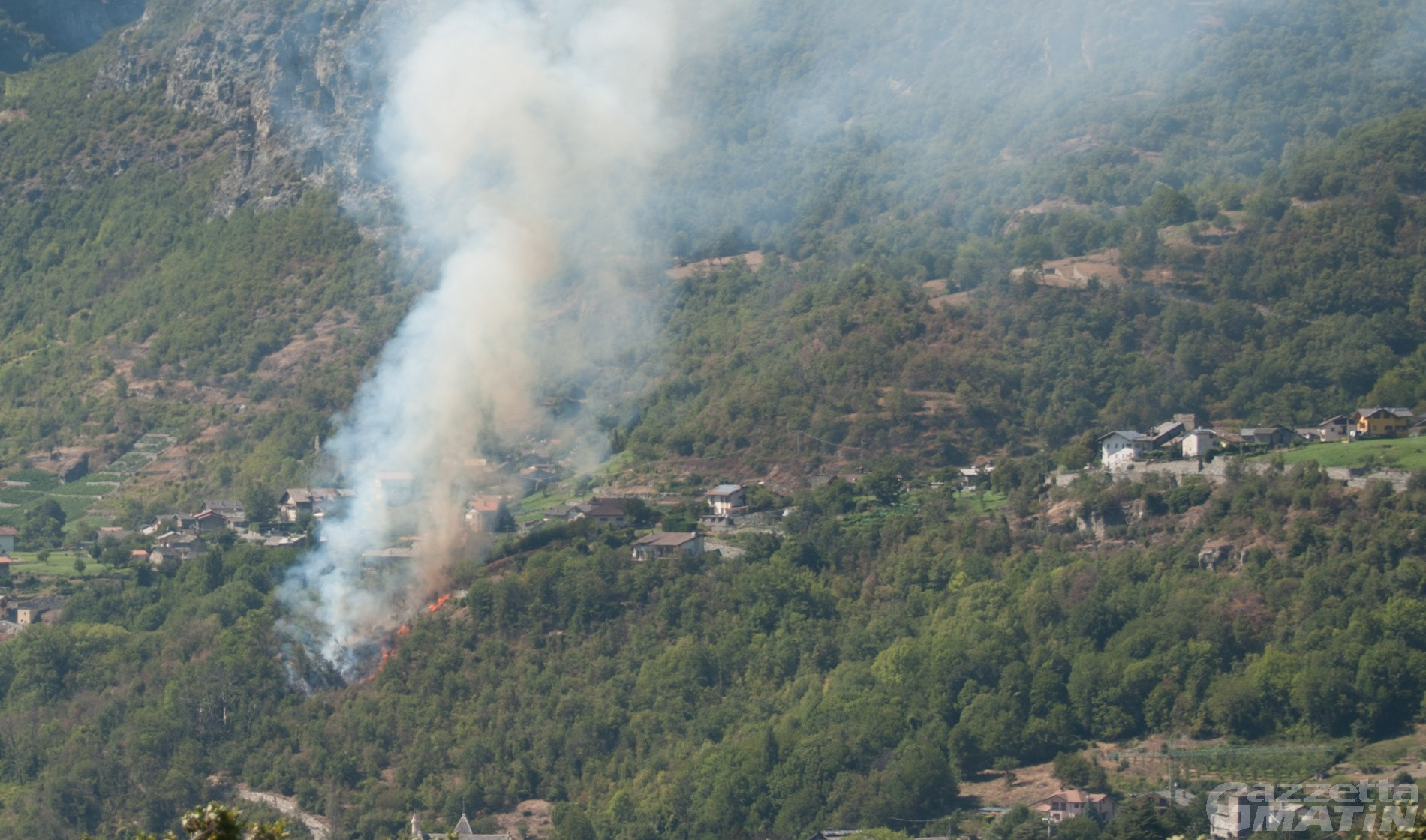 Châtillon, incendio boschivo minaccia alcune abitazioni: intervengono i Vigili del fuoco