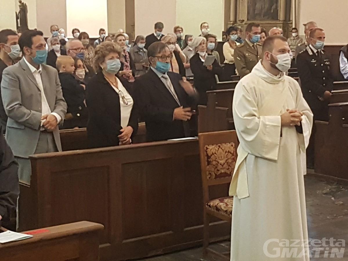 Aosta, San Grato al tempo del Coronavirus: niente processione e tanti fedeli rimasti sul sagrato della Cattedrale