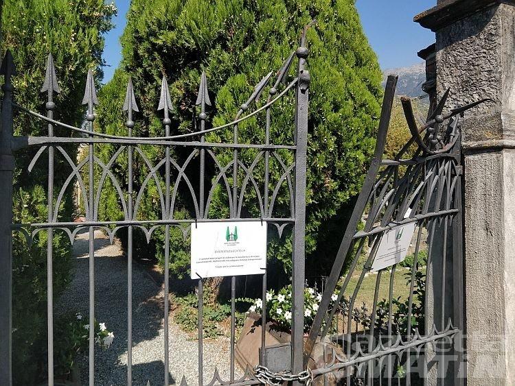 Ubriaco prende uno scavatore e danneggia il cimitero di Sant'Orso: intervengono i Carabinieri