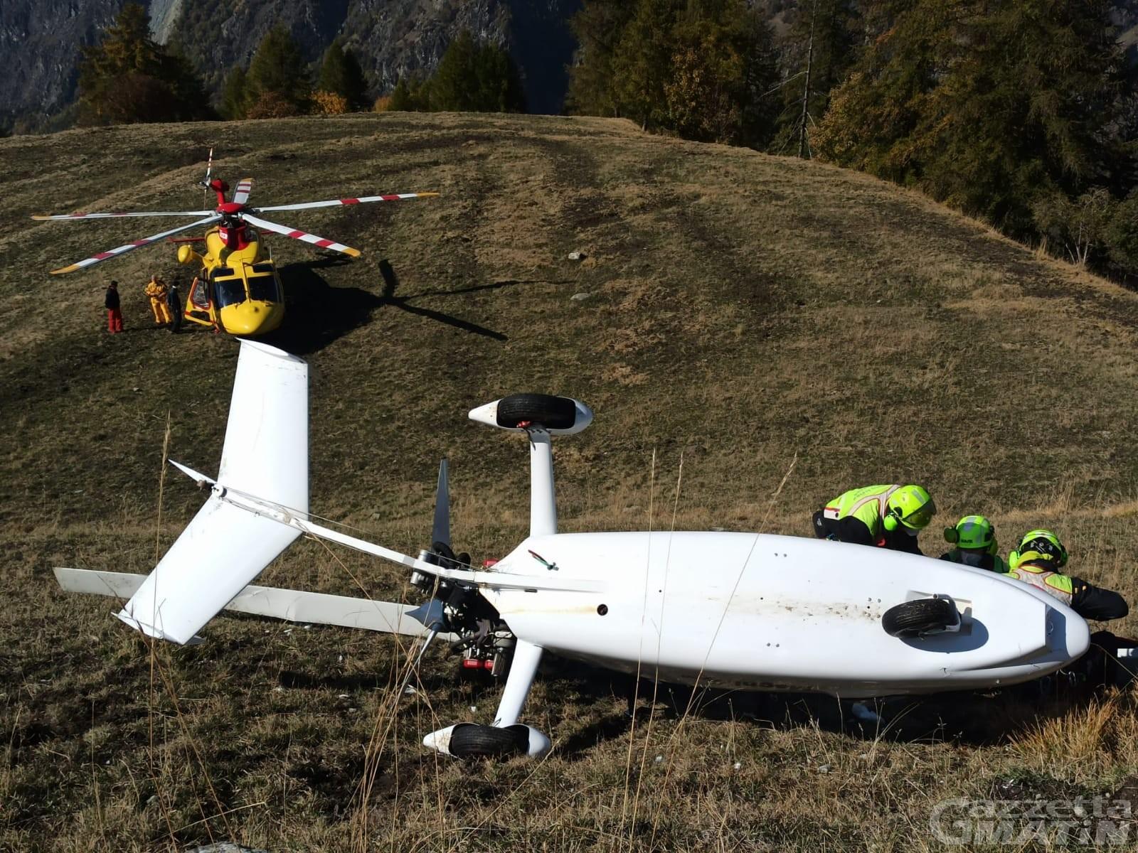 """Chamois, """"autogiro"""" si ribalta in fase di atterraggio: due feriti"""