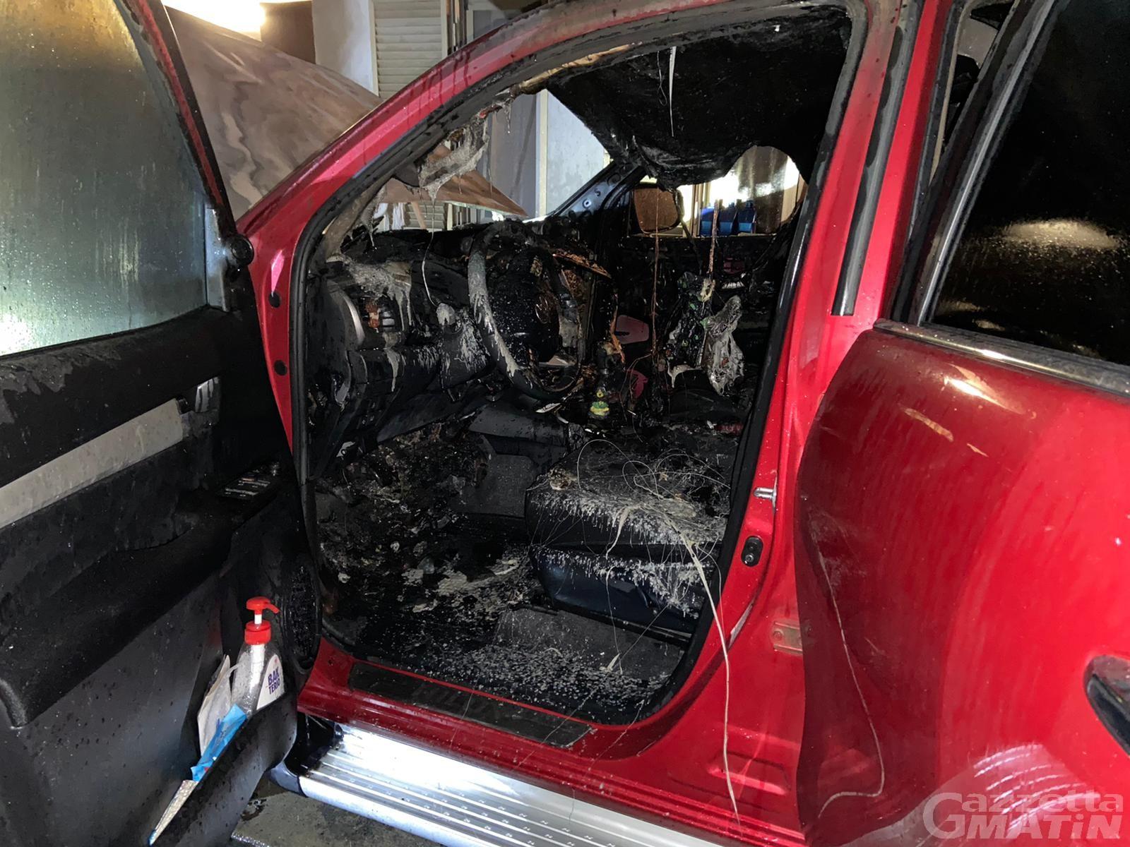 Auto in fiamme nella notte a Verrès: intervengono i Vigili del fuoco