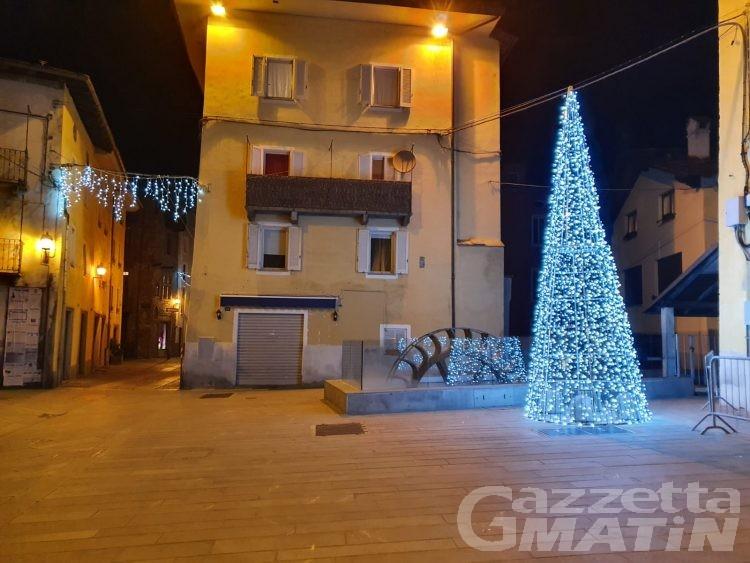 Natale ad Aosta, albero (finto) in piazza Chanoux sperando ancora in un mercatino