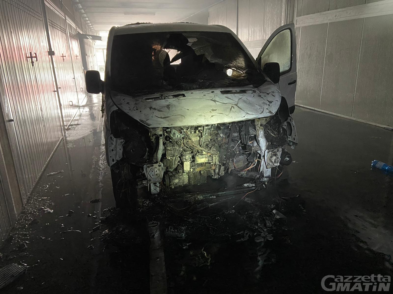 St-Vincent: brucia un veicolo in frazione Champbilly