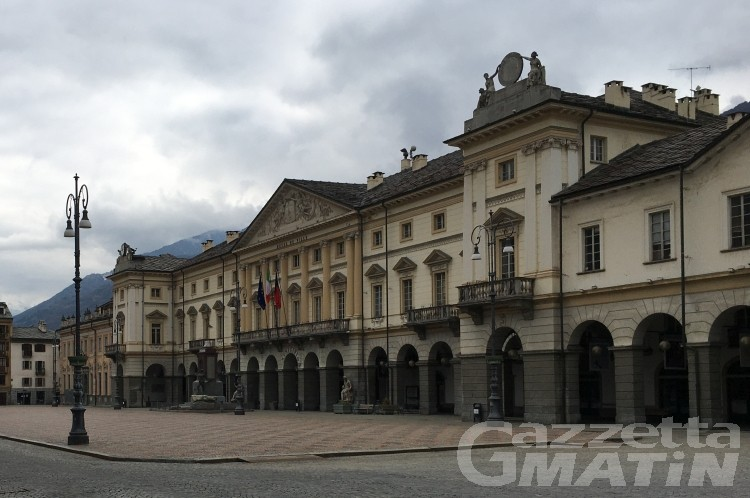Aosta, festini di giovani sotto al municipio: «Già fatte multe continueremo i controlli»