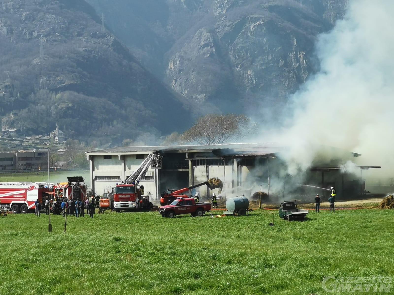 Donnas, fienile in fiamme: intervento dei Vigili del fuoco
