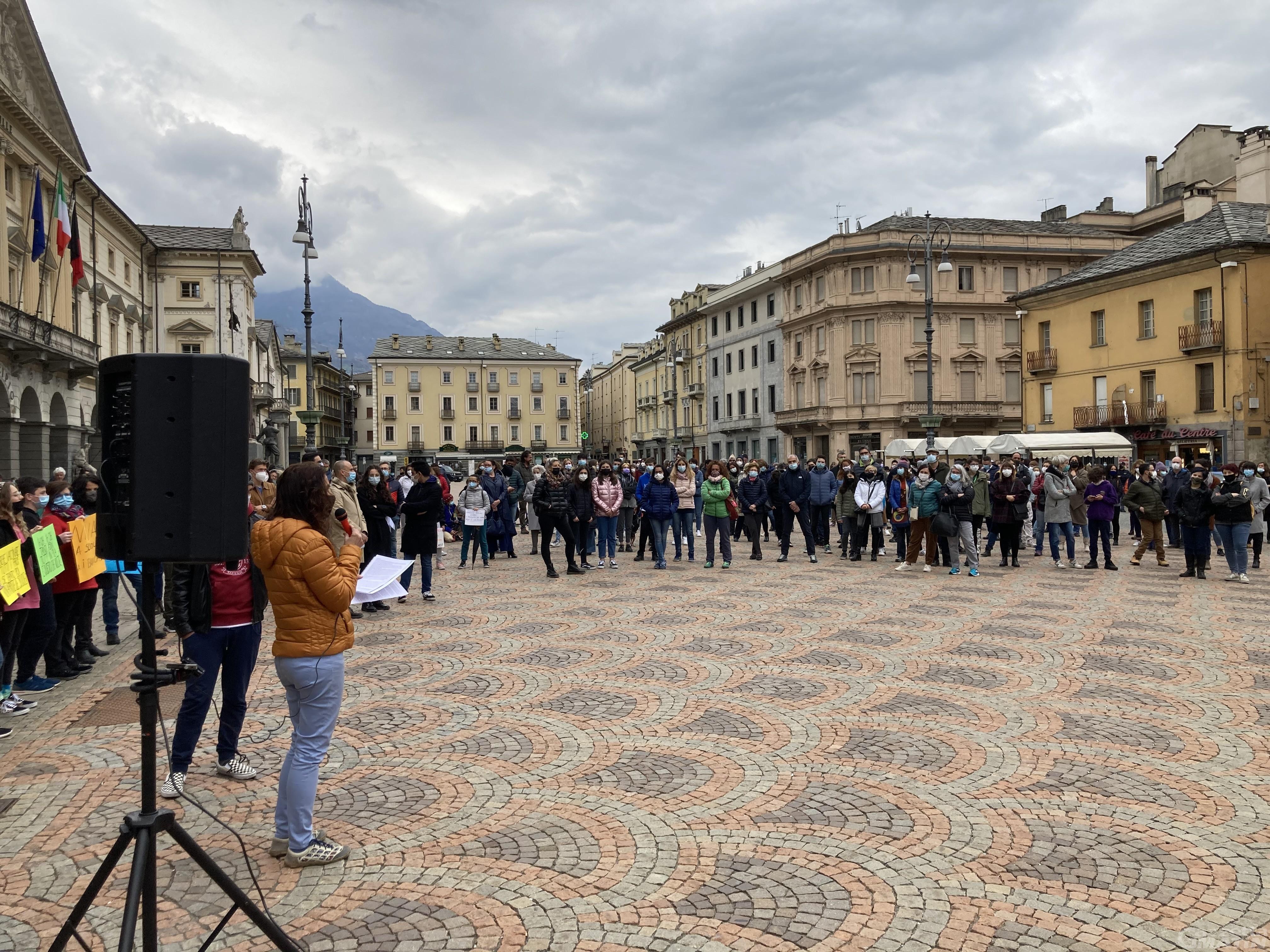 Aosta, Priorità alla scuola scende in piazza: «Basta DAD, è insostenibile»