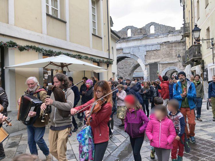 Aosta, è bufera sul flash mob non autorizzato e senza mascherine