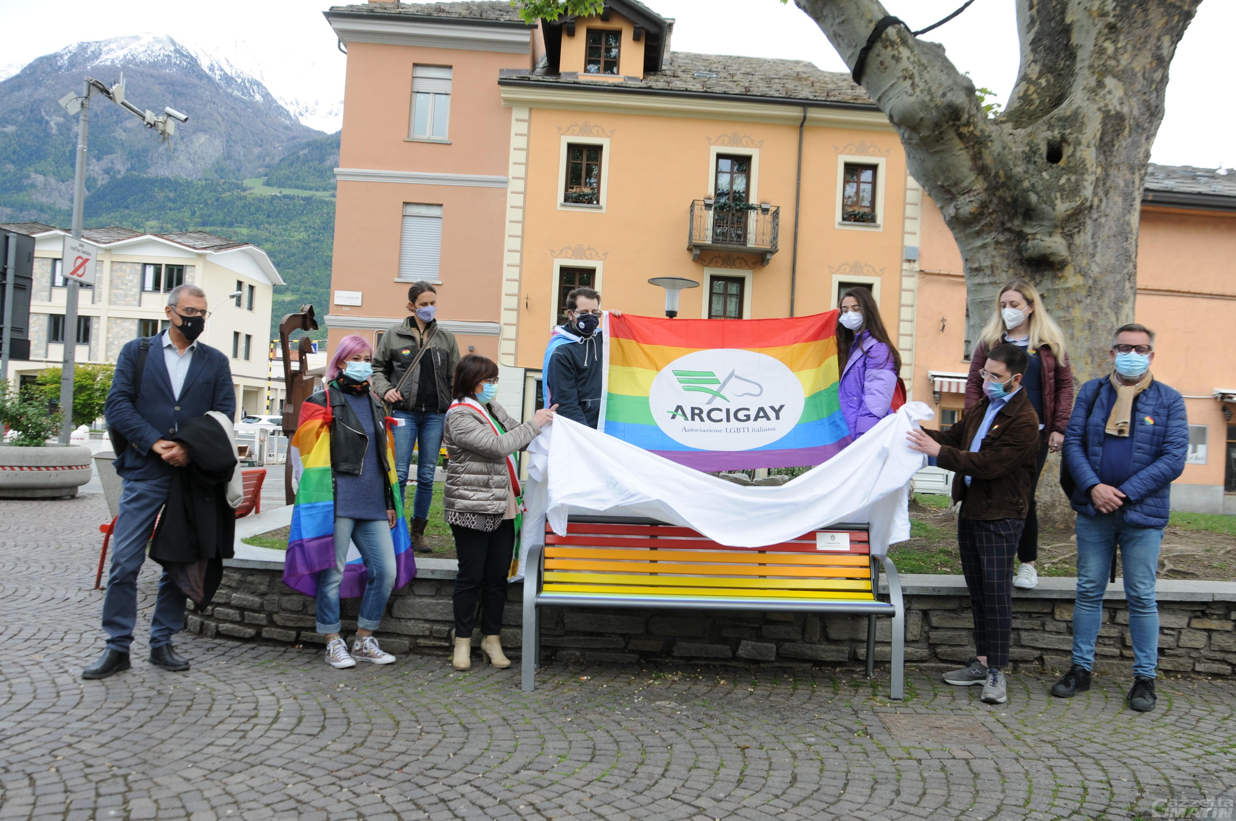 Lotta contro l'omobitransfobia, Aosta ha la sua panchina arcobaleno