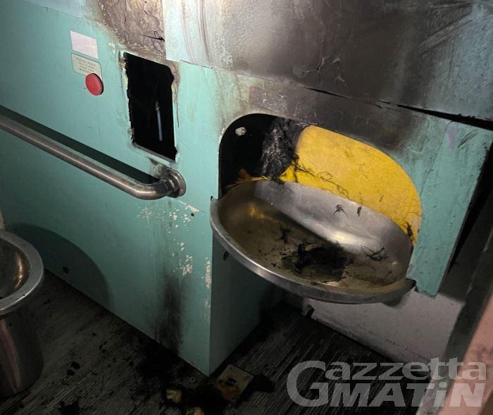 Aosta, vandali danno fuoco alle toilette pubbliche di via de Sales