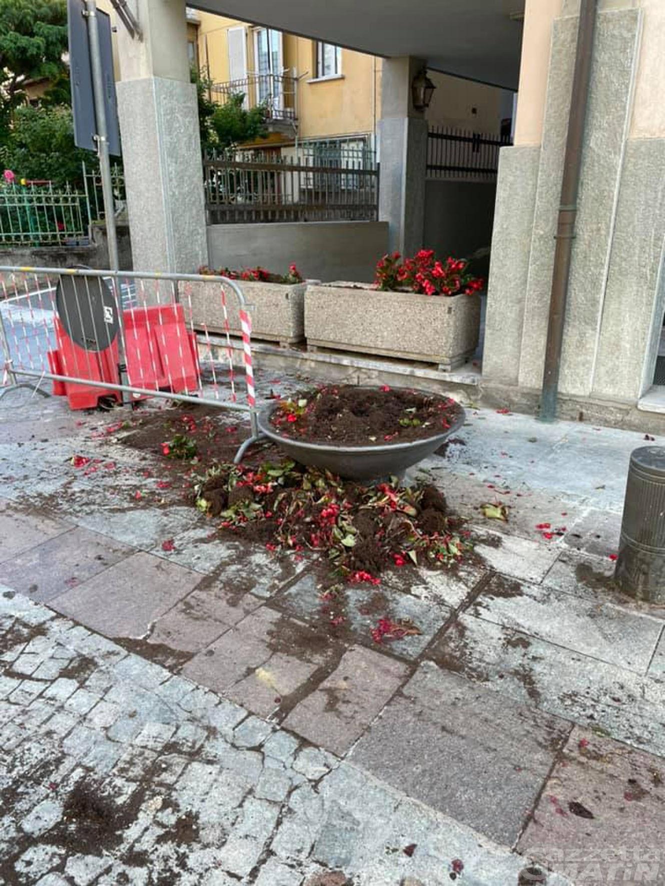 Saint-Vincent: ubriaco ribalta fioriera e panchine, denunciato